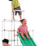子供のプレイルーム用のジャングルジムと鉄棒ブランコ